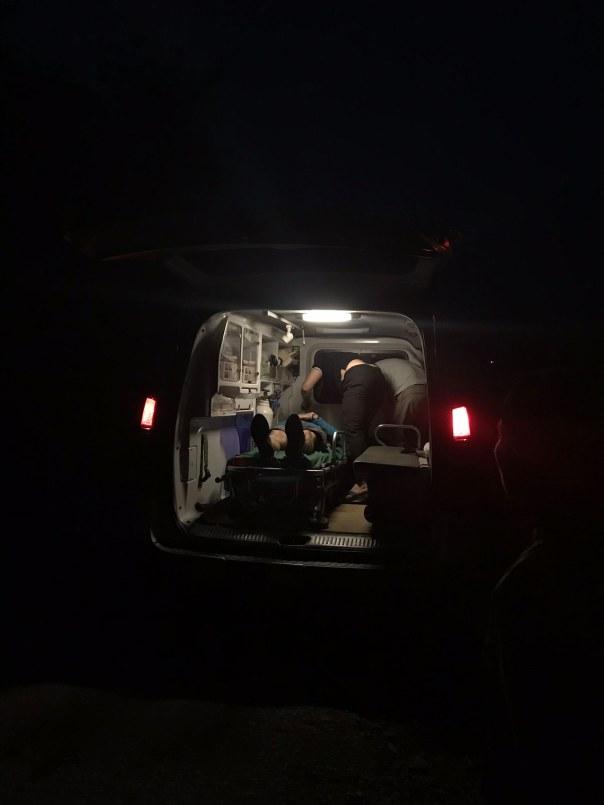 Khi đồng chí ấy lên xe thì trời đã tối lắm rồi. Mình bắt đầu những pha đổ đèo thần tốc để về Homestay tại Yên Minh. Nghĩ lại sợ vãi, gần như suốt quãng đường chỉ gặp có 2 người.