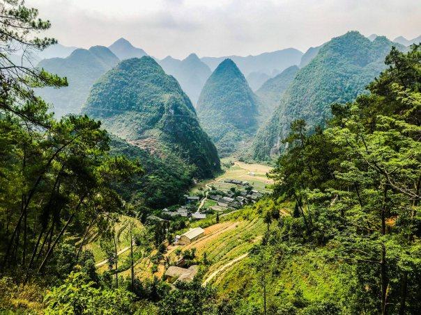 Đoạn còn cách Đồng Văn tàm 4-5km. Một thung lũng rất đẹp. Có thời gian phi xe vào đây khám phá chắc thú vị lắm. Thấy đường đi vào trong núi rất sâu.
