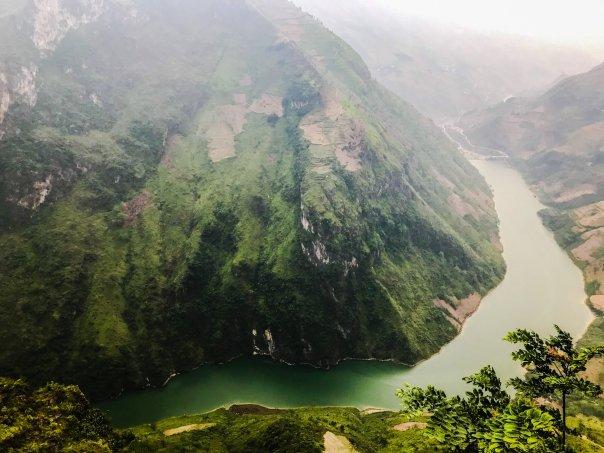 Sông Nho Quế nổi tiếng, chụp từ điểm dừng chân ngắm cảnh. Bạn đi qua 1 cửa hàng lưu niệm rồi đi theo cầu thang xoắn ốc để xuống điểm ngắm cảnh.