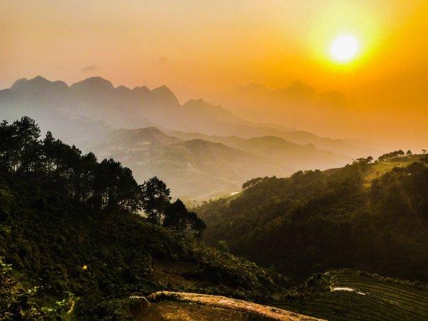 Cảnh hoàng hôn ở địa điểm gần đến thị trấn Yên Minh