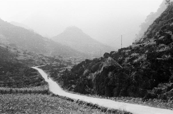 Một con đường vào bản, ở Hà Giang đường vào bản đa số được trải bên tông vào rất sâu. Nếu có thời gian nên phi xe máy vào đây khá phá thêm