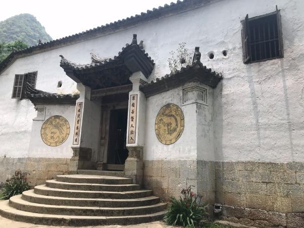 Nhà Mèo Vương, địa điểm suýt bị bỏ qua, mình đã đến Đồng Văn rồi mới nhớ ra là chưa ghé nên quay lại để thăm. Trên đoạn này mình bỏ qua chợ và cột cờ Lũng Cú vì dự kiến là không đủ thời gian.