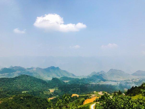 View từ điểm dừng cổng trời, phía quán cafe bên phải đường đi lên từ Hà Giang.