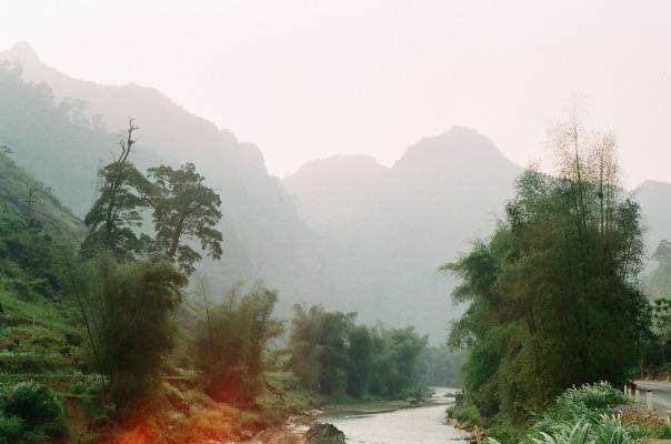 Rời động Lùng Khúy đã hơn 4g chiều. Mình phi xe thẳng sang Yên Minh và dự kiến nghỉ đêm ở đó. Còn đây là 1 nhánh đầu nguồn sông Lô, đoạn chảy qua Cán Tỉ. Rất xanh và đẹp. Hôm sau nữa quay lại thì sông đã đục ngầu vì có mưa.