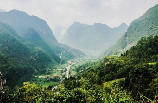 Sủng là, một thị trấn thung lũng rất đẹp. Điểm đứng ngắm cảnh ở đây nằm ngay ngã ba rẽ vào thị trấn Phố Bảng. Mình mất thêm 45' vào và ra ở Phố Bảng. Trong đó cũng không có gì nhiều để ngắm.